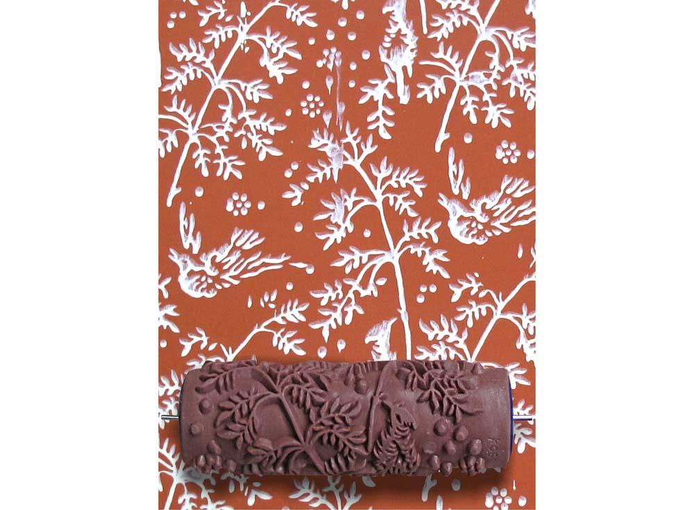 Узорный валик «Соловьи»Узорные валики для декора стен<br>Рамка для узорного валика приобретается отдельно!<br> <br> Узорный валик - универсальное приспособление для декорирования практически любой поверхности - от дерева до ткани. Просто использовать и легко ухаживать - красивый узор получится в любом случае, даже ес...<br><br>Артикул: GR-06