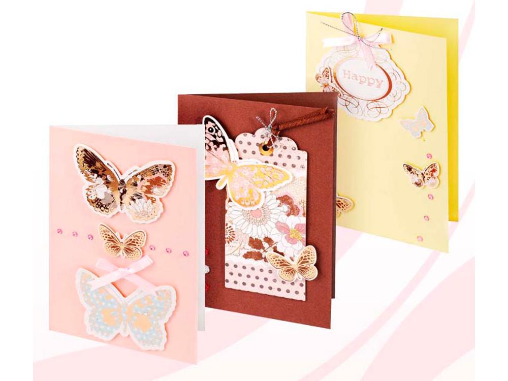 Набор из 3-х открыток «Мелодия»Наборы для создания открыток<br>Набор для создания 3-х открыток Мелодия<br>(размер открыток 115 мм * 170 мм)<br><br>-3 заготовки для открыток;<br>-3 конверта;<br>-клеевые подушечки;<br>-декоративные элементы: вырубка из картона, ленты, пайетки, стразы, полубусины.<br><br>Артикул: 107-SB<br>Размер: 11,5x17