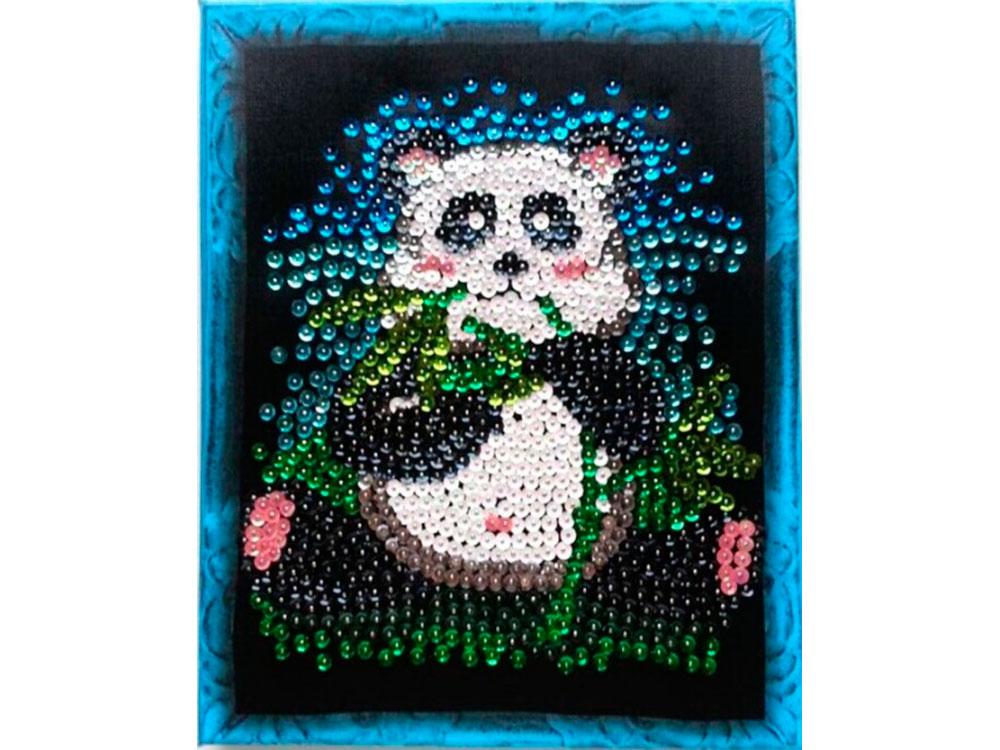 Мозаика из пайеток «Панда»Мозаика из пайеток<br>Набор мозаики из пайеток содержит все, что нужно для творческого процесса:<br> - основу-планшет с напечатанной схемой и рисунком рамки (фон имеет точечную разметку расположения паейток по цветам);<br> - разноцветные пайетки (10-12 цветов);<br> - специальные гво...<br><br>Артикул: CM003<br>Основа: Планшет из пенопласта<br>Размер: 24x30 см<br>Возраст: от 8 лет