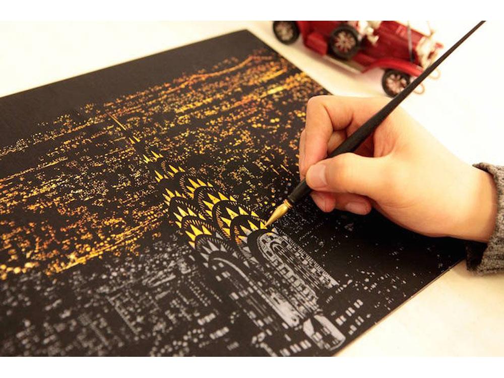 Скретч-картина «Нью-Йорк»Раскраски в стиле граттаж (Скретч-картины)<br>Принцип скретч-картин прост, все, что нужно сделать – это «сцарапать» серебристое покрытие с винилового листа, на котором нанесен подробный рисунок мегаполиса. Последовательность процесса художник выбирает самостоятельно – сверху вниз, или наоборот.<br><br>Комп...<br><br>Артикул: NEW-YORK<br>Сложность: средние<br>Размер: 41x29 см