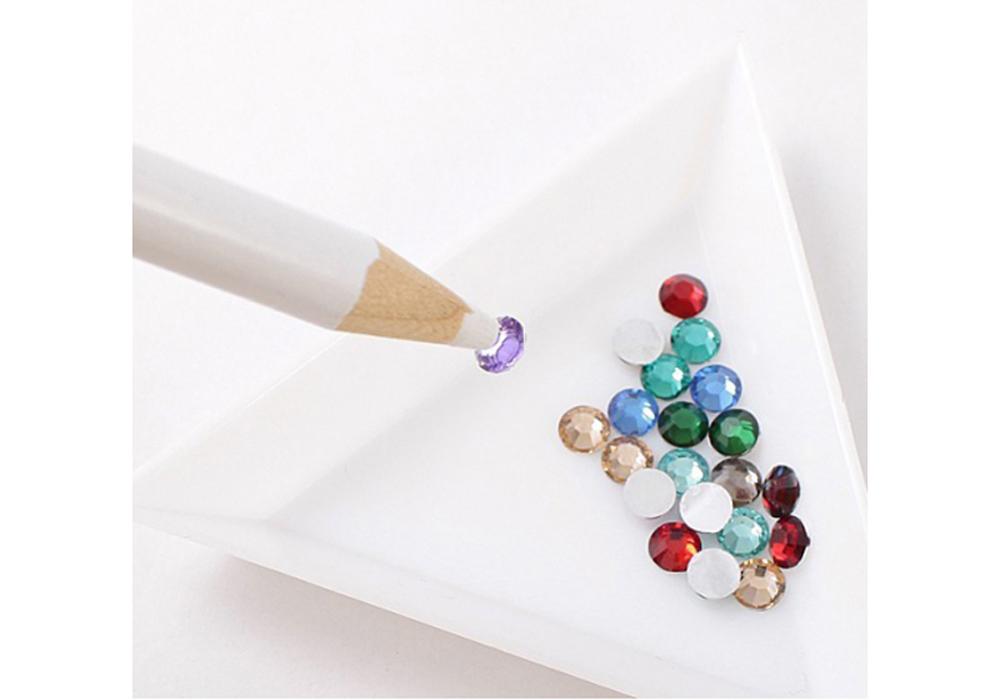 Карандаш для страз белыйАксессуары для алмазной живописи<br>Универсальный карандаш для тех, кто увлекается hand-made. С помощью его липкого стержня легко переносить на рабочую поверхность и стразы, и бусины, и кристаллы. Любая деталь декора будет с легкостью помещена в нужный сектор.<br><br>Если к стержню перестают при...<br><br>Артикул: PEN