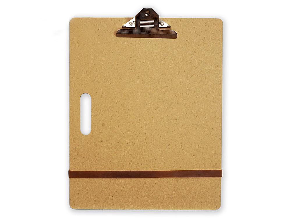 Планшет А3 с зажимомМольберты<br>Планшет с зажимом формата А3 (клипборд) - удобен для рисования и дома, и на пленэре. Зажим плотно фиксирует лист бумаги, не позволяя сдвигаться во время рисунка.<br>Чтобы планшет было удобно переносить, в нем предусмотрена специальная ручка-прорезь.<br>Подходит...<br><br>Артикул: 195103<br>Размер: 36x46 см<br>Габаритный размер: 36x46