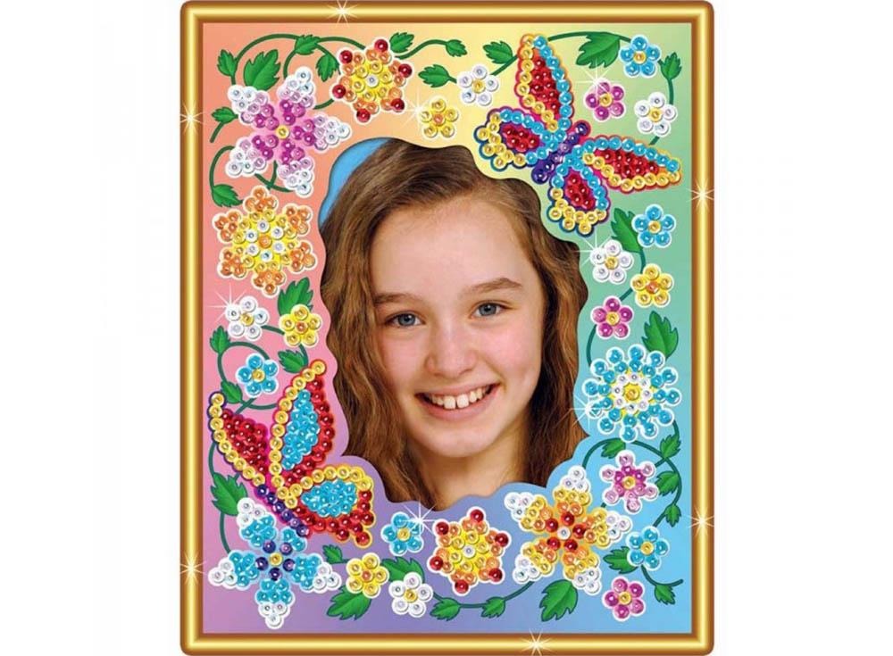 Рамка из пайеток «Цветы»Мозаика из пайеток<br><br><br>Артикул: 1224<br>Основа: Планшет из пенопласта<br>Размер: 20x25 см<br>Возраст: от 5 лет
