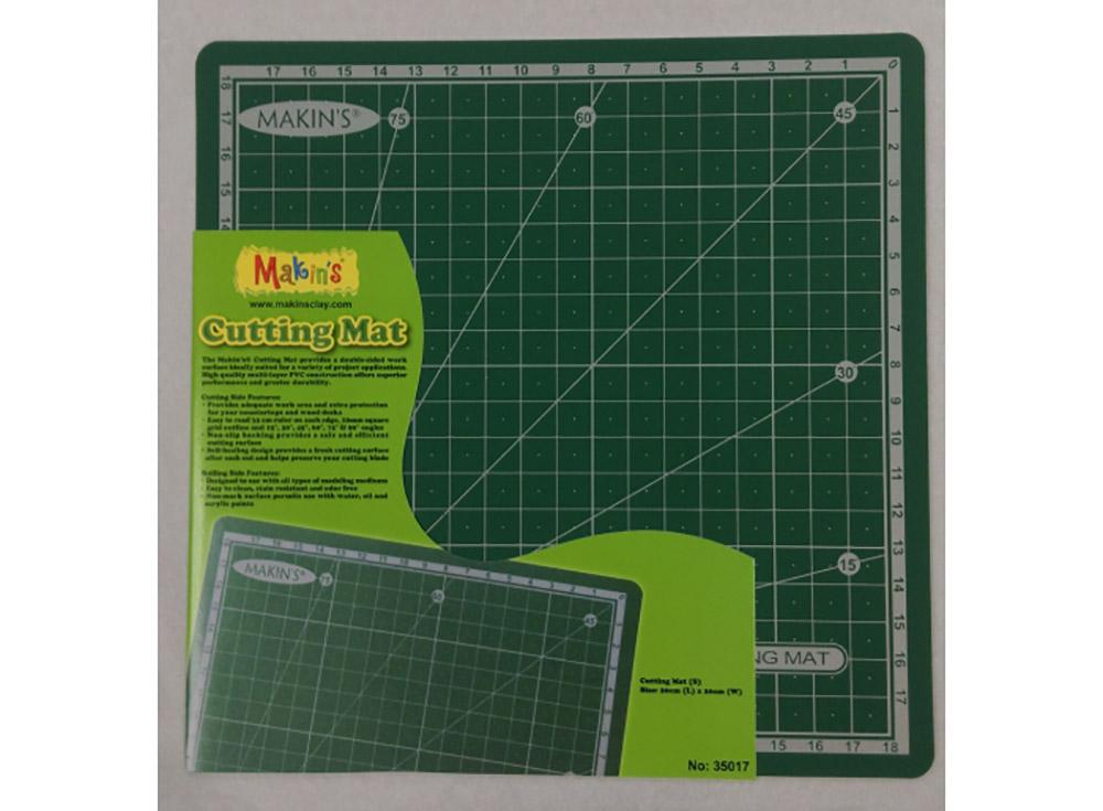Коврик Makin's для рукоделия, 20х20 смИнструменты для лепки<br>Коврик Makins для рукоделия с двумя функциональными сторонами предназначен специально для занятий творчеством, не повреждается лезвием, а также не затупляет его, плотно прилегает к поверхности стола, что ислючает его скольжение. За ним просто ухаживать, т...<br><br>Артикул: 35017<br>Размер: 20x20 см
