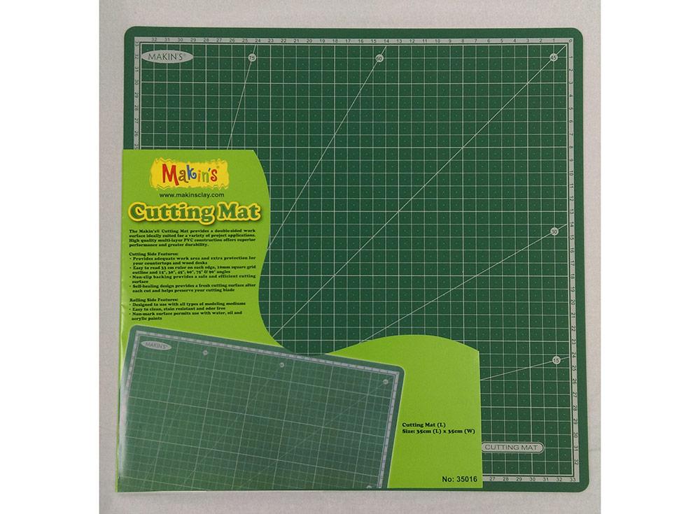 Коврик Makin's для рукоделия, 35х35 смИнструменты для лепки<br>Коврик Makins для рукоделия с двумя функциональными сторонами предназначен специально для занятий творчеством, не повреждается лезвием, а также не затупляет его, плотно прилегает к поверхности стола, что ислючает его скольжение. За ним просто ухаживать, т...<br><br>Артикул: 35016<br>Размер: 35x35 см