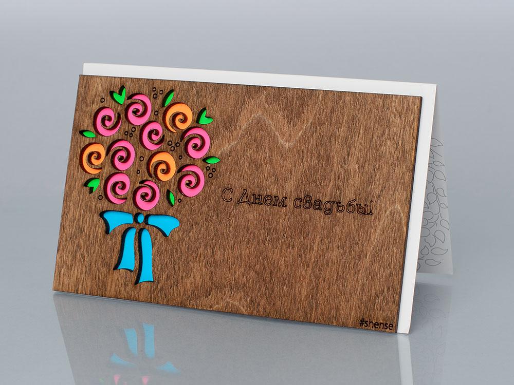 Открытка «С днем свадьбы (Букет роз)», полисандрДеревянные открытки<br>Деревянные открытки и денежные конверты - прекрасная возможность сделать яркий подарок для тех, кто ценит оригинальность, однако не забывает о традициях. И креативность такого презента заключена не только в необычной деревянной первой странице, ведь в...<br><br>Артикул: 3.5.1<br>Размер см: 16 x 10,6<br>Материал: Дерево, бумага<br>Упаковка: прозрачная полиэтиленовая пленка-конверт