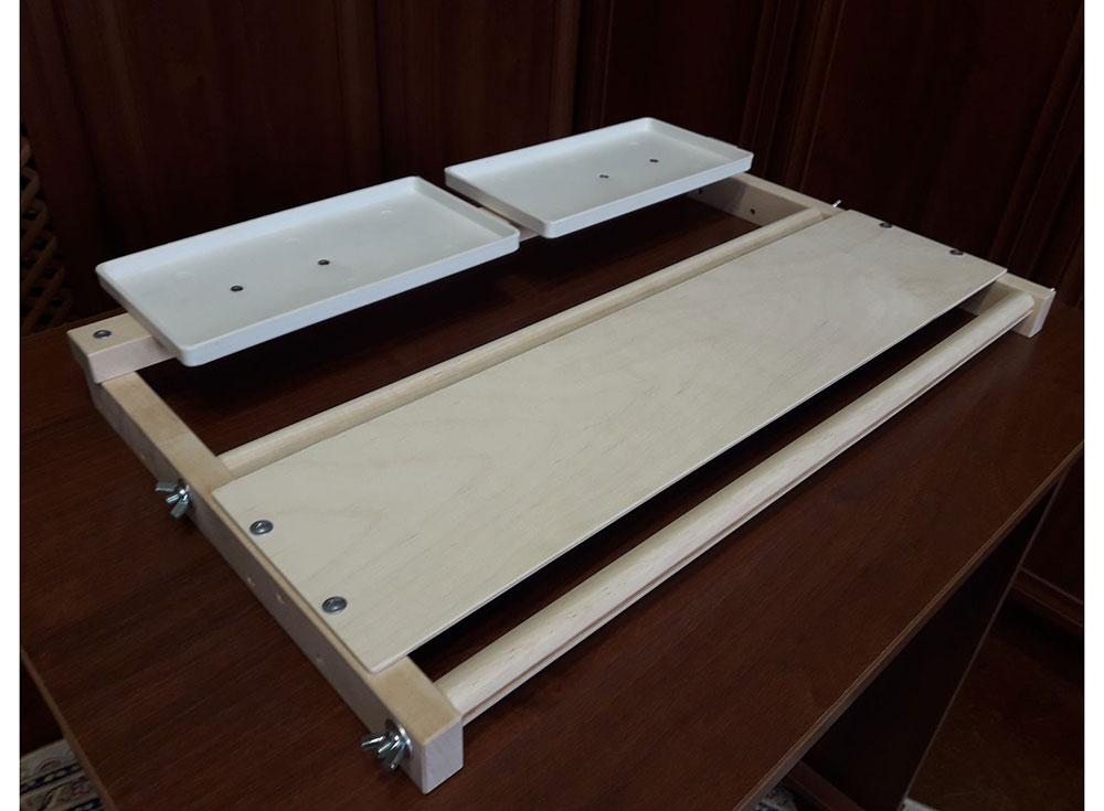 Станок для алмазной мозаики АРЛ-550Аксессуары для алмазной живописи<br>Станок упакован в коробку в разобранном виде. Сборка очень проста, потребуется лишь крестовая отвертка.<br> <br> Идеальный инструмент для выкладки алмазной вышивки. По мере выкладки стразов основа наматывается на вал, открывая новый участок холста для работы...<br><br>Артикул: 1084<br>Размер: 59x35 см<br>Вес: 0,5 кг<br>Материал: Дерево (береза), фанера
