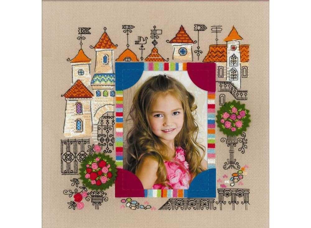 Набор для вышивания «Панно для фотографии. Замок принцессы»Вышивка смешанной техникой Риолис<br><br><br>Артикул: 1580<br>Основа: канва 14 Aida Zweigart<br>Размер: 30x30 см<br>Техника вышивки: счетный крест+фетр<br>Тип схемы вышивки: Цветная схема<br>Цвет канвы: Какао<br>Количество цветов: Нитки шерсть/акрил: 9 цветов, мулине: 1 цвет, фетр: 3 цвета<br>Художник, дизайнер: Юлия Красавина<br>Заполнение: Полное<br>Рисунок на канве: не нанесён<br>Техника: Смешанная техника