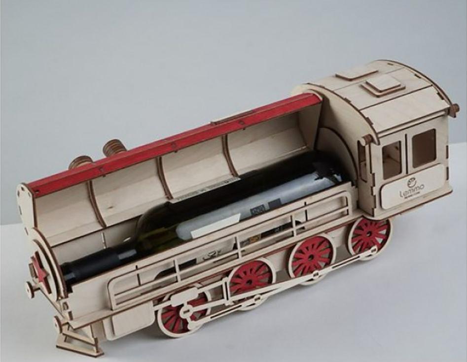 Подарочная упаковка «Паровоз»3D Конструкторы Lemmo<br>Подарочная упаковка «Паровоз» поможет вам сделать самый оригинальный подарок, например, начальнику или коллеге. В открывающемся котле помещается бутылка вина, а в будке машиниста - коробка конфет. Яркий и эффектный паровоз украсит интерьер вашей квартиры ...<br><br>Артикул: 00-6<br>Размер готовой модели: 46x16x18,5 см<br>Материал: дерево (фанера)<br>Возраст: от 5 лет