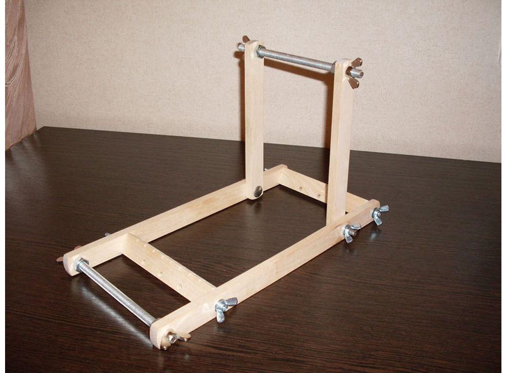Станок для бисероплетения СБПАксессуары для вышивки<br>Станок для бисероплетения браслетов, гердан, различных фенечек. Имеется регулировка наклона верхней рамки, что позволяет использовать приспособление как для мелких работ, так и для более крупных изделий (от 10 до 30см).<br><br>Артикул: 1010<br>Размер: 20x17 см<br>Вес: 0,7 кг<br>Материал: Берёза
