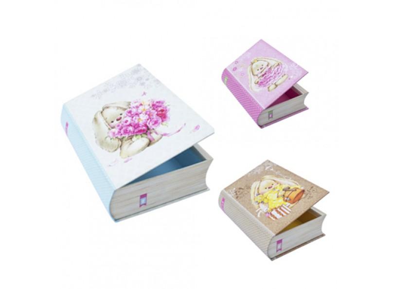 Набор коробок «Книжки ЗайкаМи» (3 шт.)Подарочные пакеты<br>Набор из 3-х коробок с винтажным стильным оформлением. Все коробочки имеют разный размер, и при этой прекрасно помещаются одна в другую по принципу матрешки. Выполнены из качественного плотного картона 1000 г/м3, снаружи обклеены декоративной бумагой с хо...<br><br>Артикул: HY00709