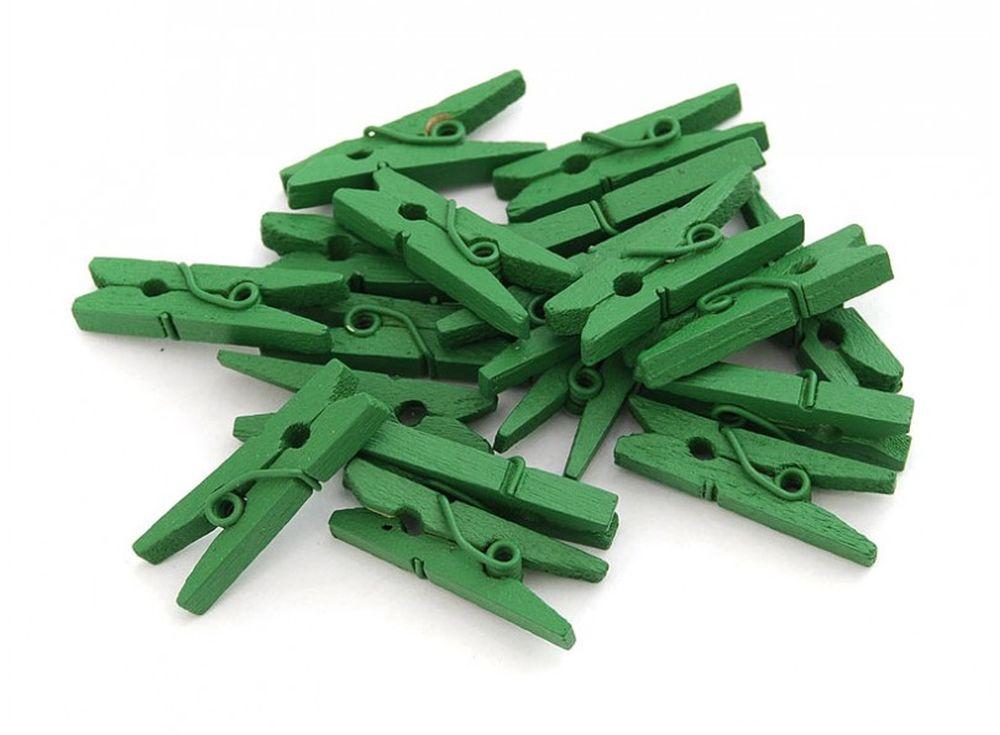 Прищепки декоративные зеленыеБумага и материалы для скрапбукинга<br>Новый оригинальный аксессуар для декора и поделок - деревянные прищепки. Небольшие, именно того размера, который идеально подходит для развешивания стикеров, игрушек, других элементов декорирования на веревочках, используемых при оформлении интерьера ...<br><br>Артикул: 853-DB<br>Размер: 2,5 см<br>Количество: 20 шт.<br>Материал: Дерево