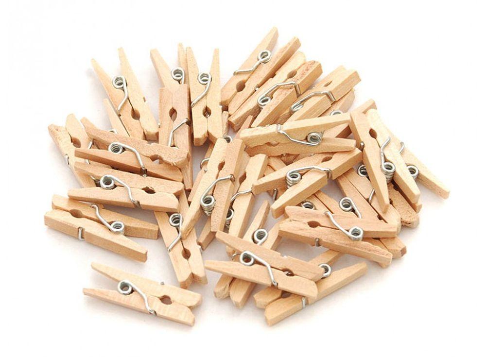Прищепки декоративныеБумага и материалы для скрапбукинга<br>Новый оригинальный аксессуар для декора и поделок - деревянные прищепки. Небольшие, именно того размера, который идеально подходит для развешивания стикеров, игрушек, других элементов декорирования на веревочках, используемых при оформлении интерьера ...<br><br>Артикул: 856-DB<br>Размер: 2,5 см<br>Количество: 30 шт.<br>Материал: Дерево