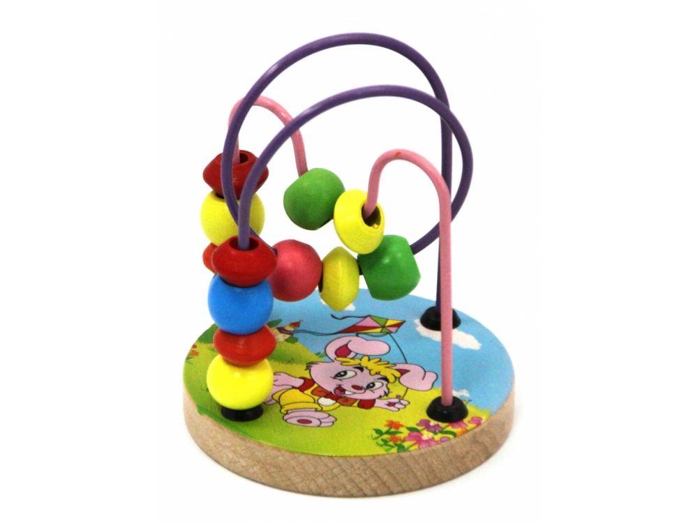 Развивающая игрушка «Деревянный лабиринт»Настольные развивающие игры<br>Яркие бусины этого детского деревянного лабиринта не оставят ребёнка равнодушным. Основания детского лабиринта различаются в наборах. В наборе Зайка на основании лабиринта нарисован веселый зайка с воздушными змеем в руках, скачущий по зеленому полю. В ...<br><br>Артикул: 4046<br>Возраст: от 3 лет<br>Время игры: 10-20 мин.<br>Количество игроков: 1<br>Аудитория: Детские
