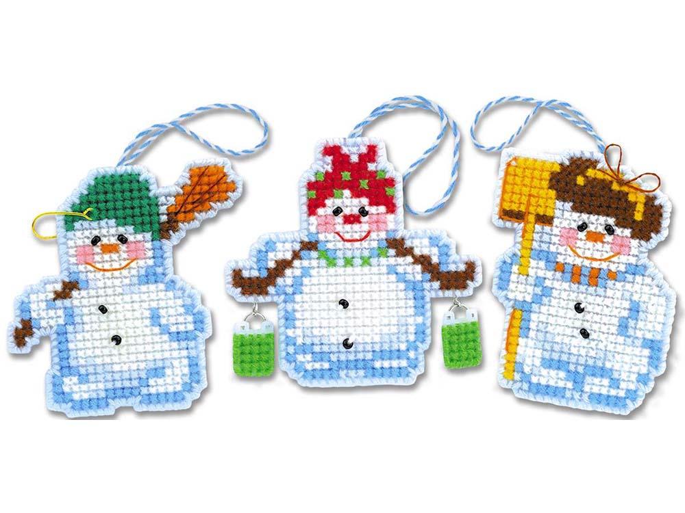 Набор для вышивания «Новогодние игрушки «Снеговички»Вышивка крестом Риолис<br><br><br>Артикул: 1681АС<br>Основа: канва-пластик 10<br>Размер: 7,5x7 см, 7,5x7 см, 5,5x7 см<br>Техника вышивки: счетный крест<br>Серия: Риолис (Сотвори Сама)<br>Тип схемы вышивки: Цветная схема<br>Количество цветов: Нитки шерсть/акрил: 10, бисер: 1<br>Художник, дизайнер: Юлия Лындина<br>Размер упаковки: 21x27x0,7 см<br>Игла: 1 вид<br>Рисунок на канве: не нанесён<br>Техника: Вышивка крестом<br>Нитки: шерсть/акрил Safil