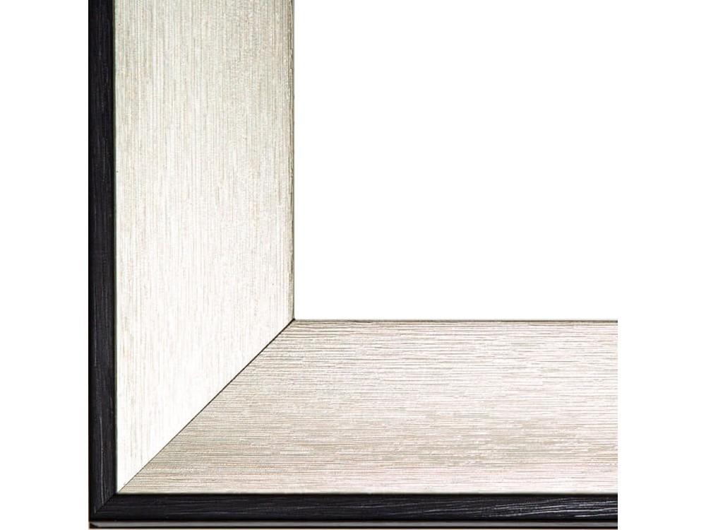 Рамка без стекла для картинБагетные рамки<br>Лист ДВП предназначен для защиты рамки от случайного удара, поэтому он выходит за пределы багета. Также углы рамки дополнительно упакованы в картонные уголки. Весь комплект упакован в термоусадочную пленку.<br><br>Артикул: BE015<br>Размер: 30x40 см<br>Цвет: Серебро с черной окантовкой<br>Материал багета: Пластик<br>Глубина багета: 12 мм