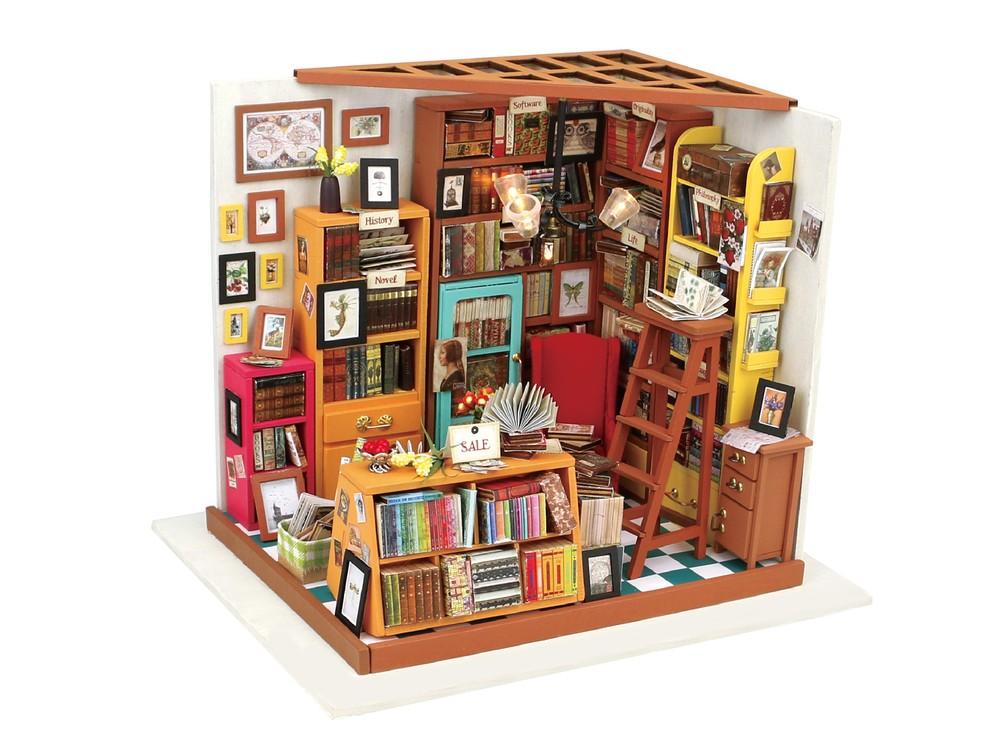 Набор для создания миниатюры (румбокс) «Книжный магазинчик»Наборы для создания миниатюр<br>Румбокс — это набор-конструктор для создания кукольного интерьера в миниатюре. <br> С помощью ножниц и клея вы сможете собрать удивительно детализированный интерьер одной комнаты. Каждый элемент собирается из деревянных и бумажных составляющих. Изю...<br><br>Артикул: DG102<br>Размер: 22,5x18,5x19 см<br>Упаковка: подарочная коробка