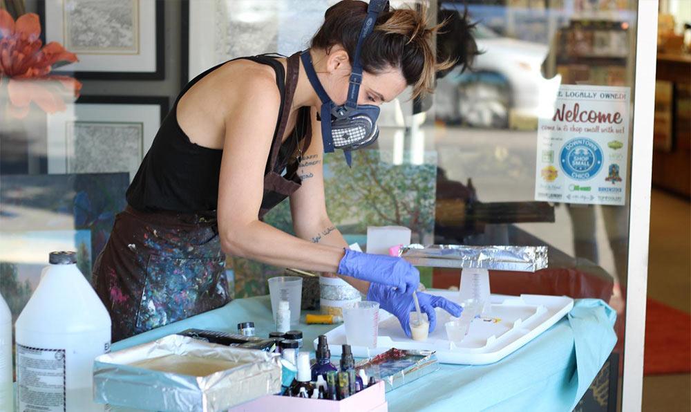 На фото изображено - Как работать с молдами: создание украшений из эпоксидной смолы, рис. Процесс работы