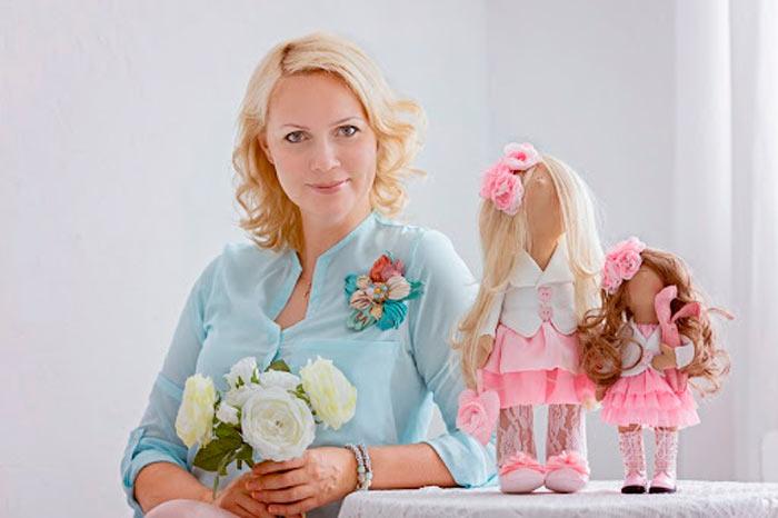 На фото изображено - Необычное увлечение: шитье кукол, рис. Рукодельница