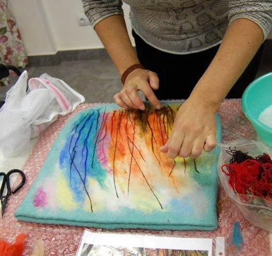 На фото изображено - Валяние из шерсти (фелтинг) для начинающих, рис. Техника нанесения шерстяной акварели