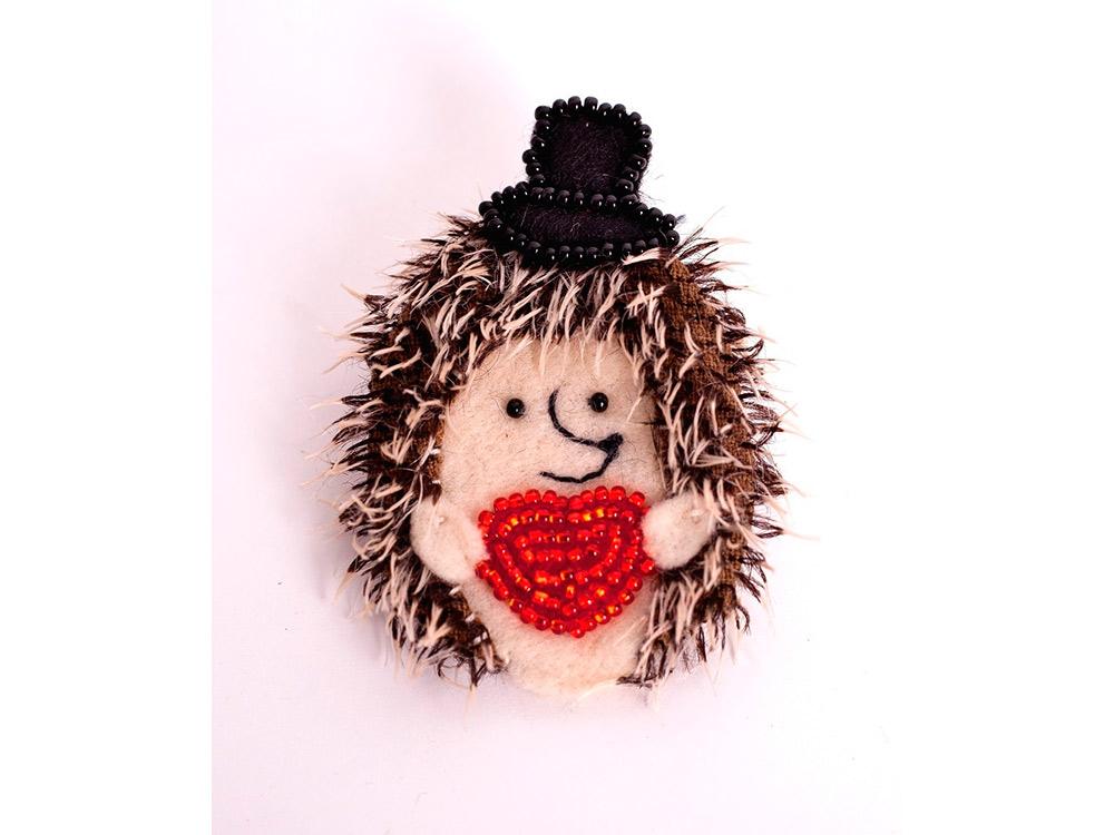 Купить Вышивка смешанной техникой, Набор для вышивания «Брошь. Влюбленный Ежик», Перловка, 6, 5x4, 5 см, ПМЕ-1452