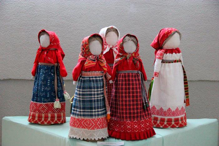 На фото изображено - Необычное увлечение: шитье кукол, рис. Кукла-оберег