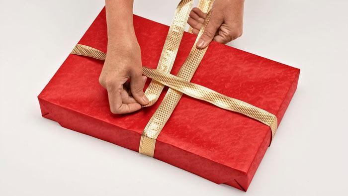 На фото изображено - Как упаковать подарок, рис. Оборачиваем лентой