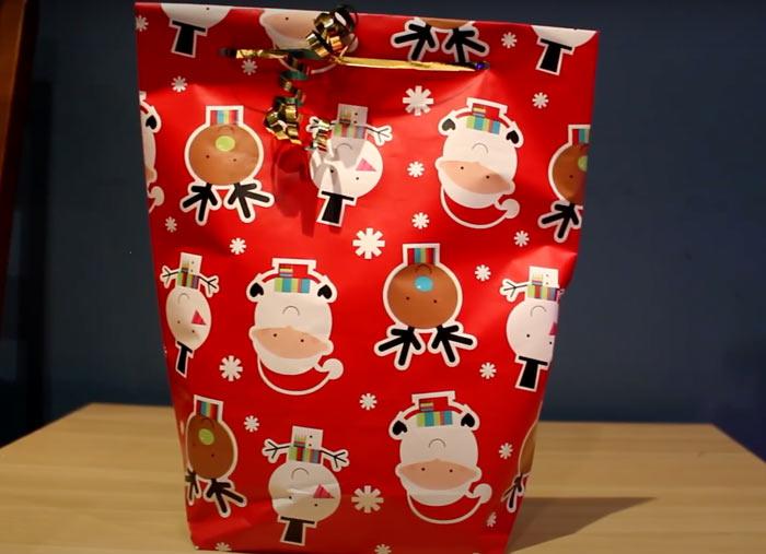 На фото изображено - Как упаковать подарок, рис. Пакет из упаковочной бумаги