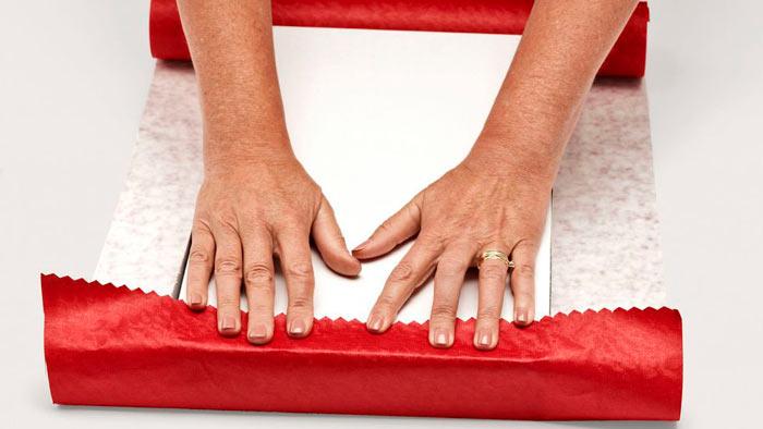 На фото изображено - Как упаковать подарок, рис. Поставьте коробку на бумагу