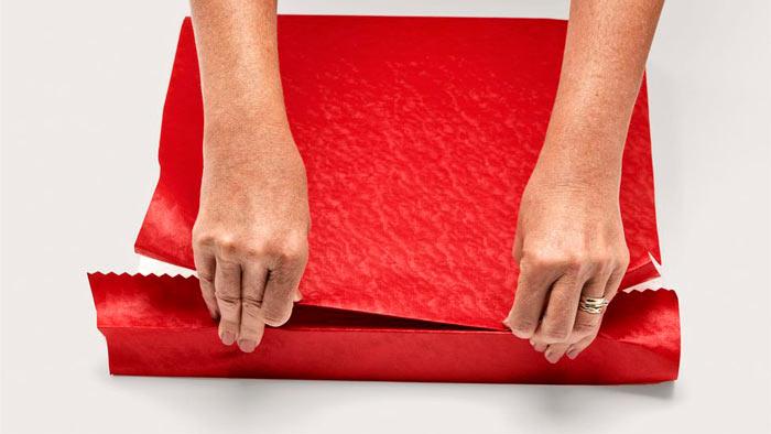 На фото изображено - Как упаковать подарок, рис. Накройте коробку